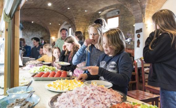 Die Gäste beim Pizza belegen auf Le Canne